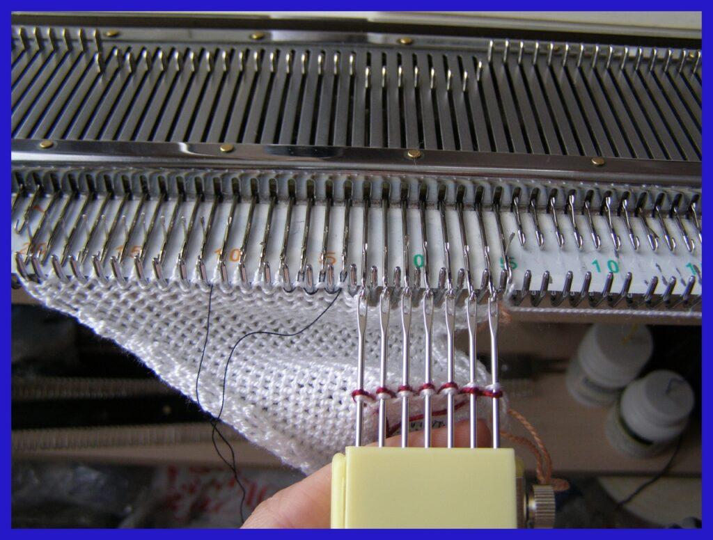 Навешивание петель нижнего ряда на иглы