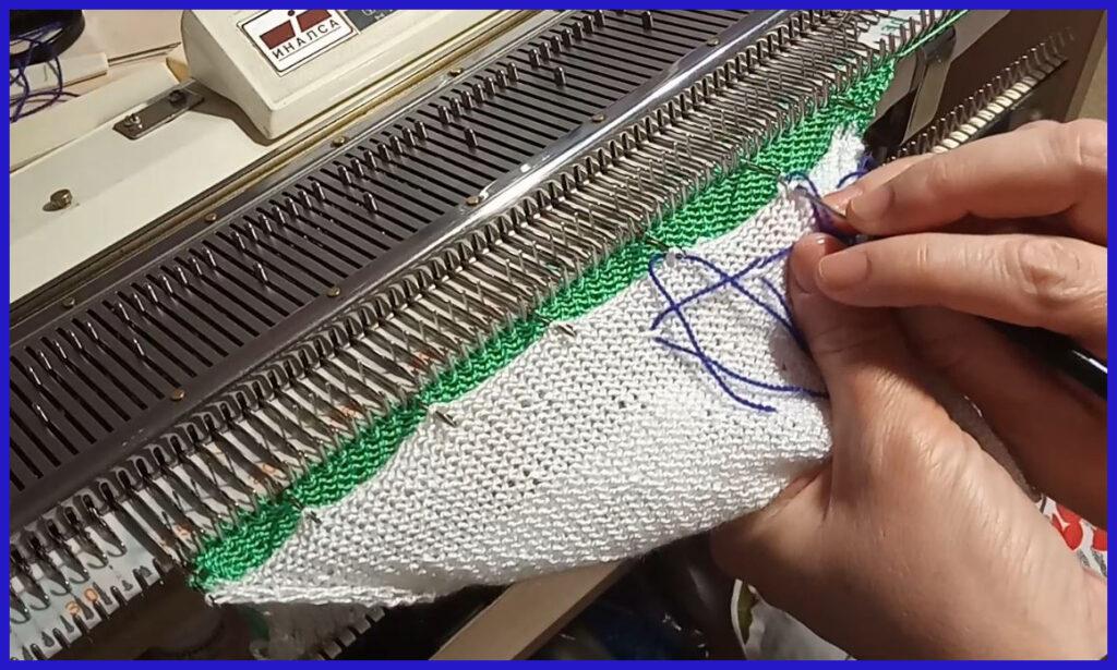 \Навешивание петель первого полотна на иглы при вязании второго полотна