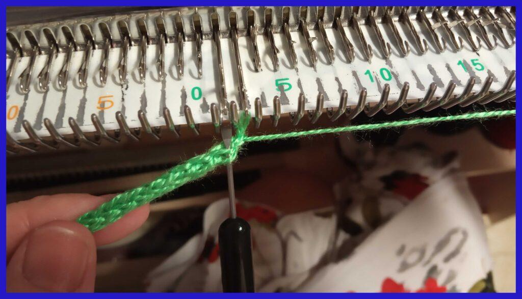 Навешивание петельных дужек соседних петель шнура