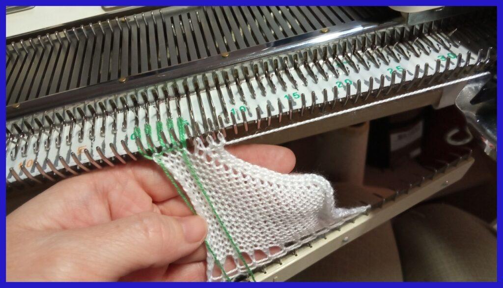 Закрытие петель полым шнуром с помощью бросовой нити
