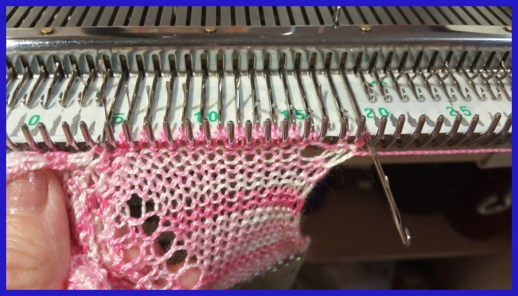 Вязание второй зигзагообразной ленты с одновременным присоединением первой ленты